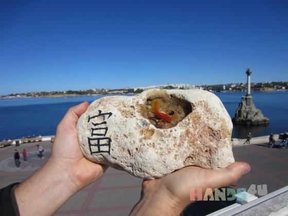 Купить Золотая рыбка нарисована в камне, Для дома и интерьера ручной работы. Мастер Марина Калиновская (Aeroart) . необычный