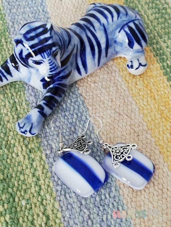 Купить Серьги из стекла витражные в технике фьюзинг бело-синие, Декоративное стекло, Серьги, Украшения ручной работы. Мастер Гульназ Калимуллина (kalimullaart) . витражное стекло